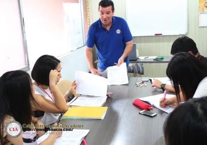 Lớp IELTS học nhóm với giáo viên bản ngữ
